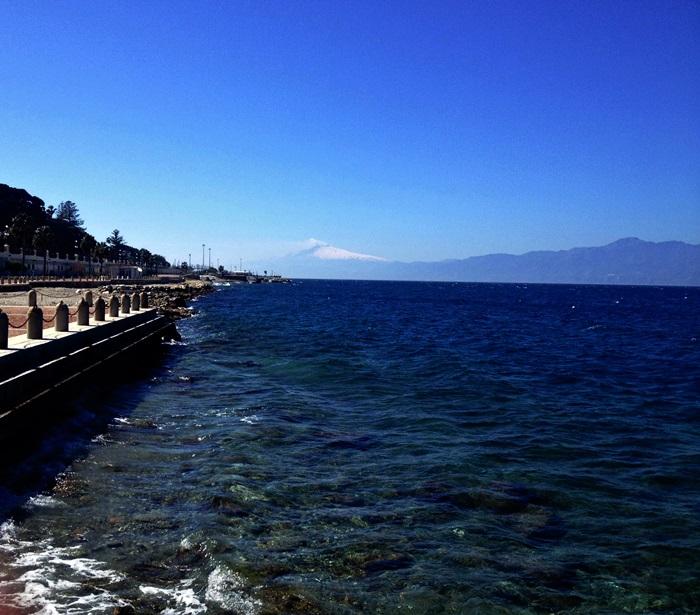 Reggio Calabria e o Etna ao fundo