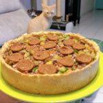 torta feita com farinha de grão de bico, recheio de legumes e peperoni vegano